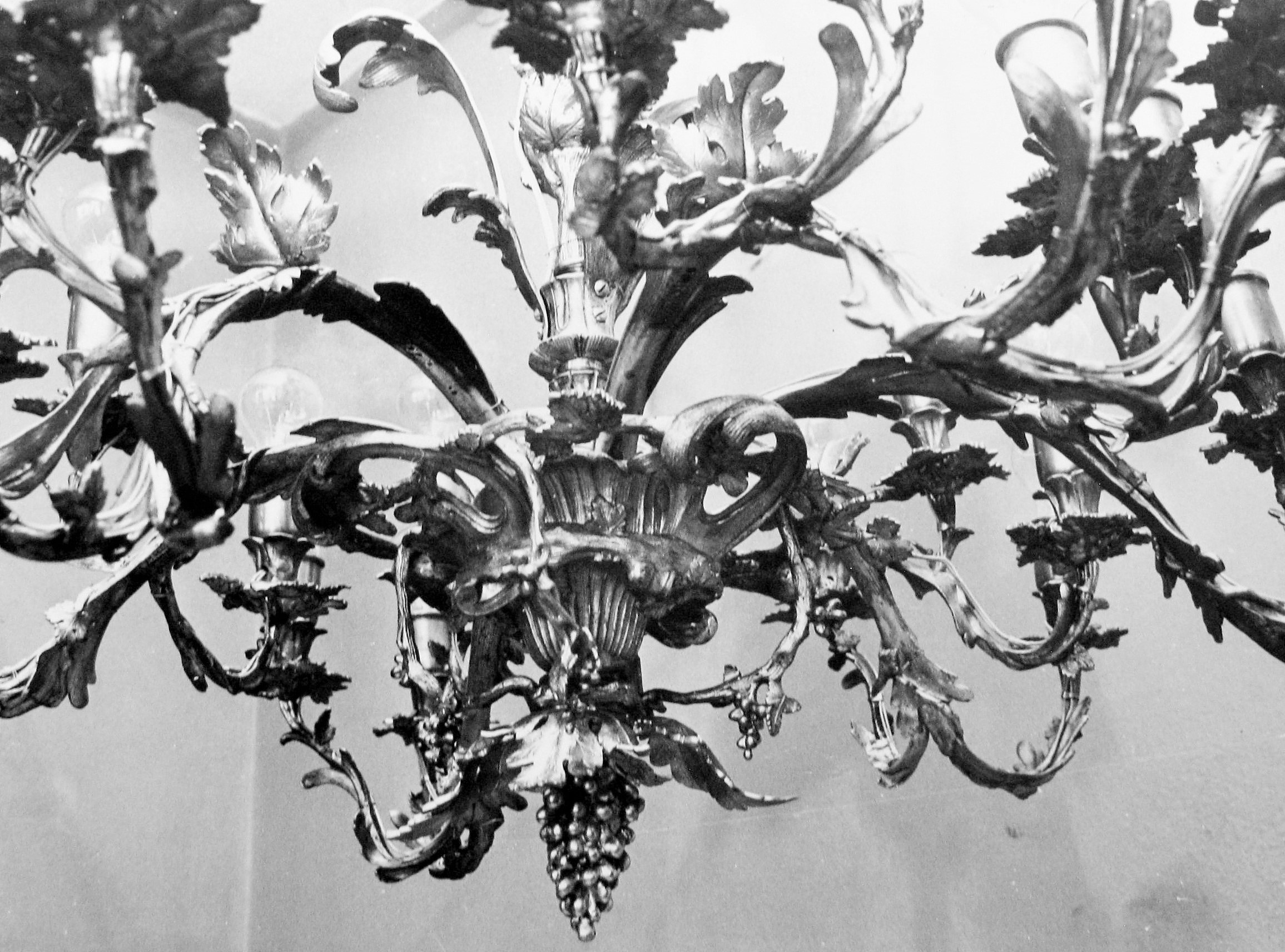 Chandelier IM-4620 after restoration, National Museum of Lithuania. Photo made in 1985, in: Kultūros paveldo centro Paveldosaugos biblioteka, f. 40, ap. 1, b. 444, fot. Nr. 21