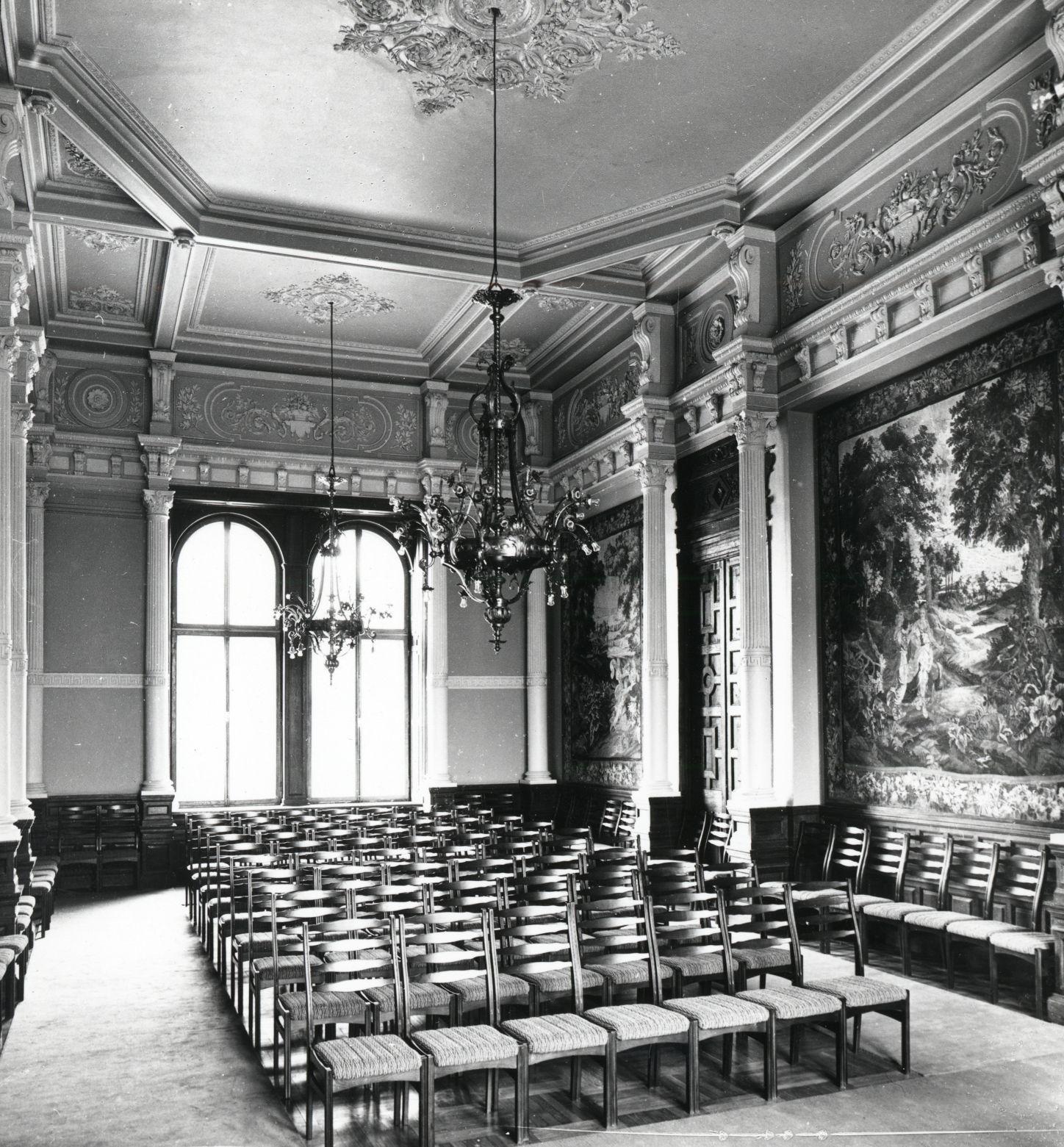 Chandeliers in the main hall of the Verkiai Palace. Photo by Mečislovas Sakalauskas, 1976, in: Lietuvos centrinis valstybės archyvas, P-29271