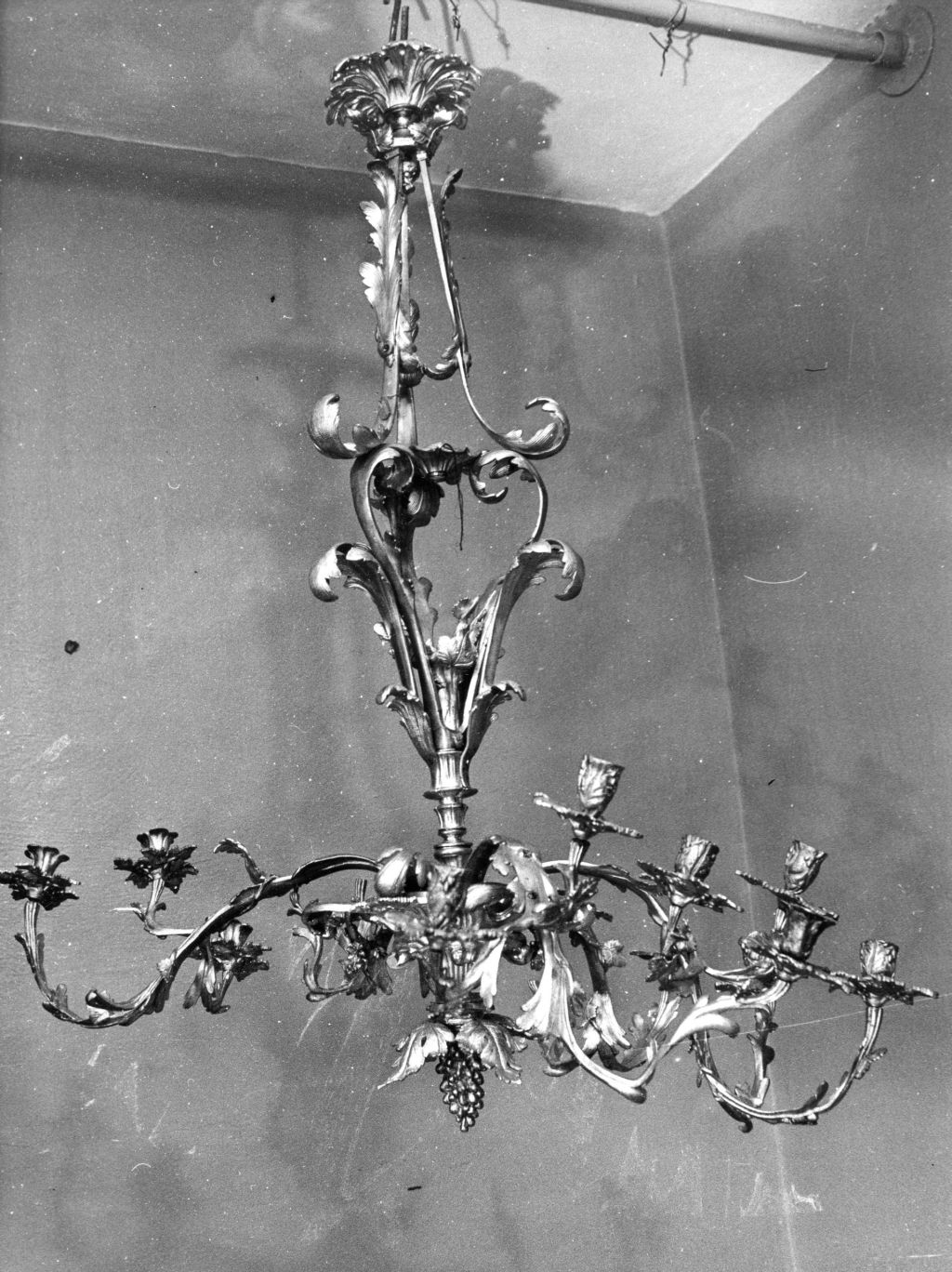 Chandelier IM-4620 before restoration, National Museum of Lithuania. Photo made in 1985, in: Kultūros paveldo centro Paveldosaugos biblioteka, f. 40, ap. 1, b. 444, fot. Nr. 1