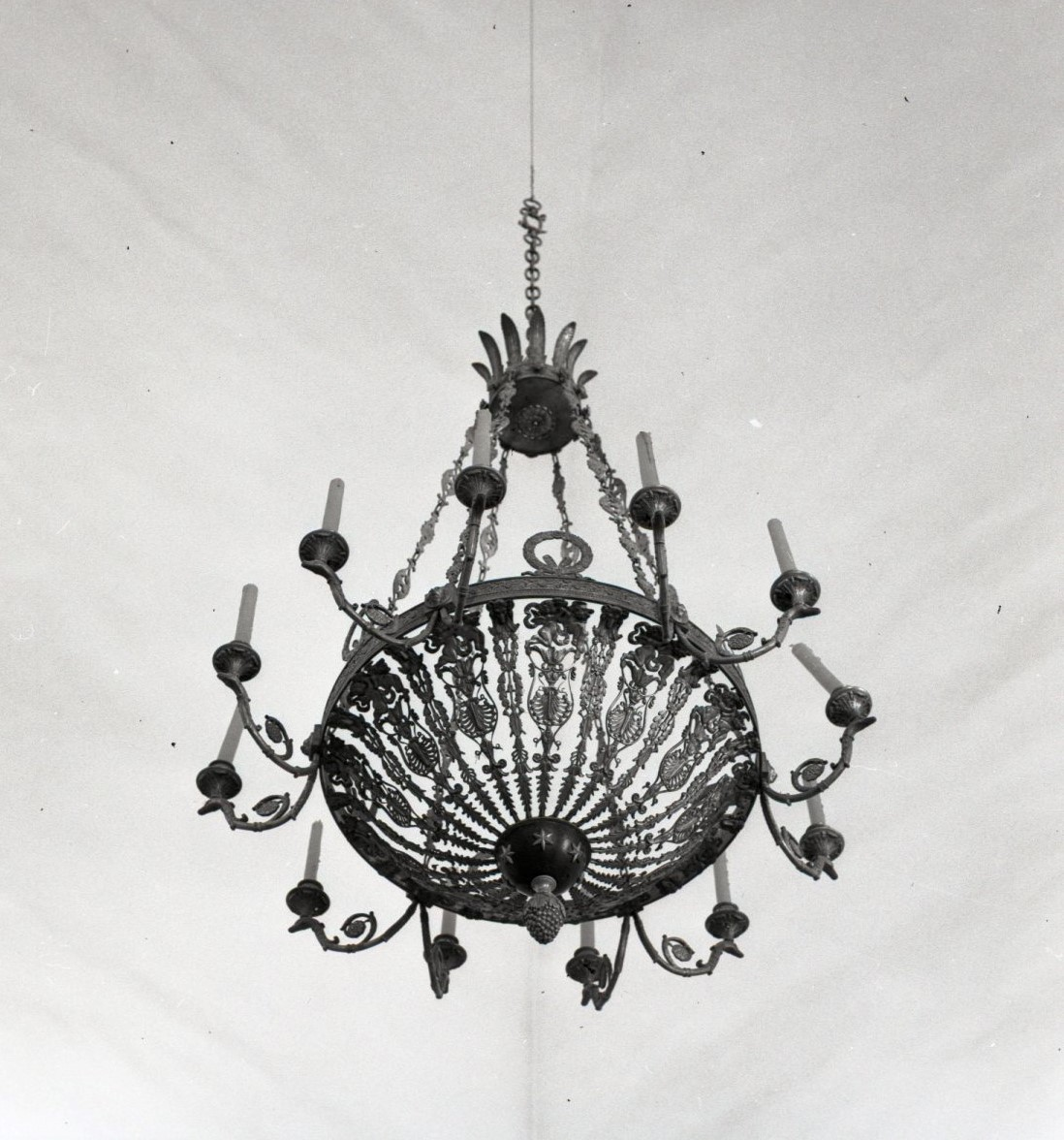 Chandelier at the Vilnius Town Hall. Photo by Jonas Šaparauskas, 1973, in: Kultūros paveldo centro biblioteka, f. 41, ap.1, Nr. 1540