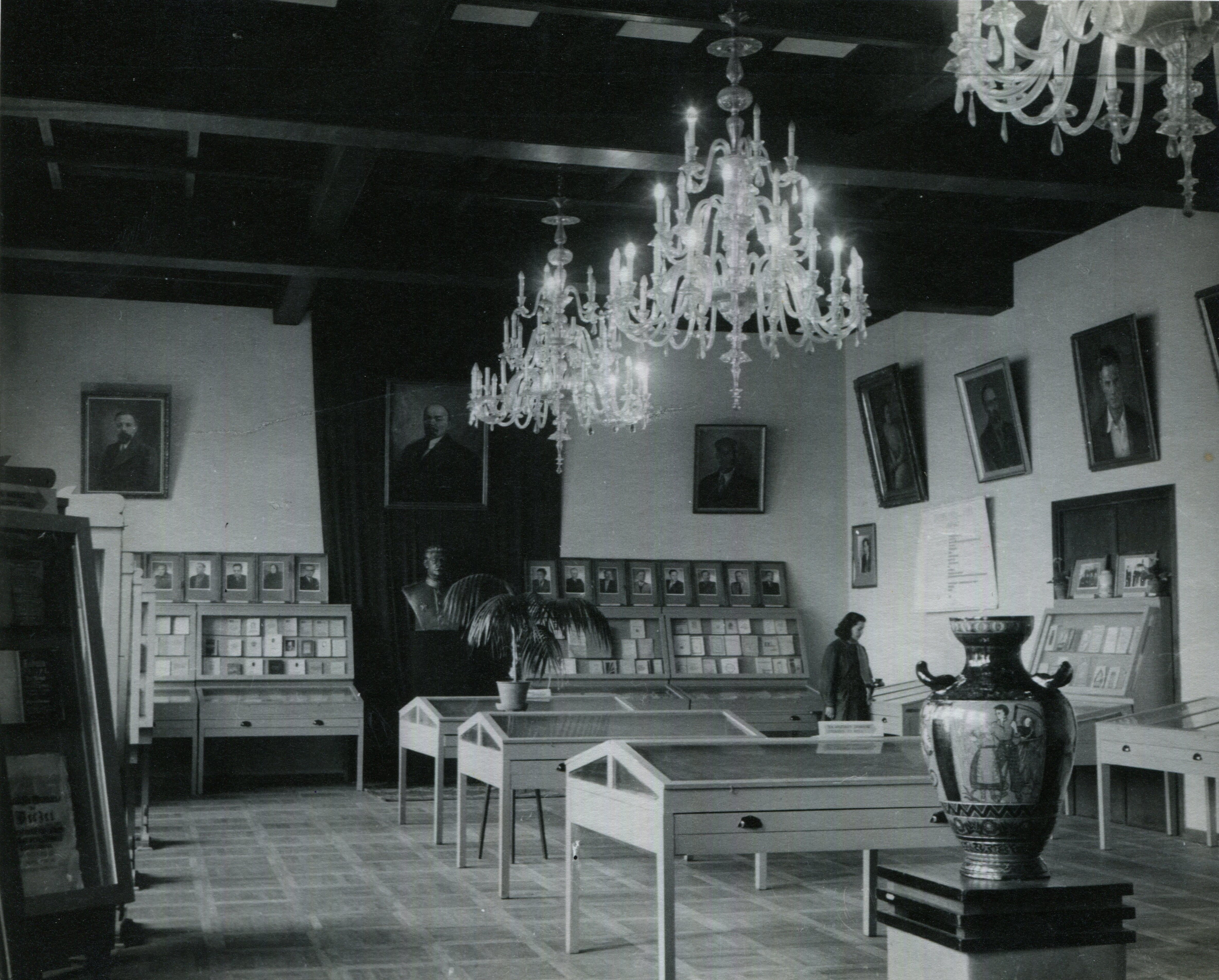 Chandeliers in the Central State Library, 1947, in: Vilna Gaon Museum of Jewish History, VŽM 8856/59.